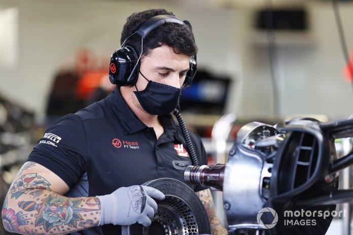 Un miembro de Haas con el conducto de freno