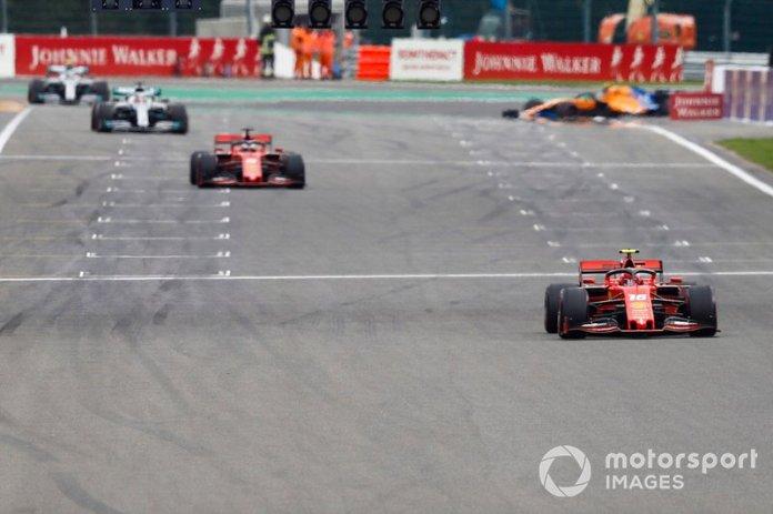 Charles Leclerc, Ferrari SF90, lidera Sebastian Vettel, Ferrari SF90, y Lewis Hamilton, Mercedes AMG F1 W10
