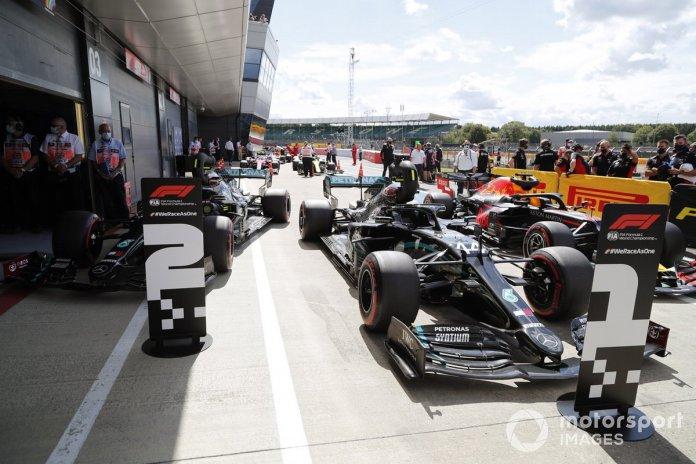 Los monoplazas del ganador de la pole position Lewis Hamilton, Mercedes F1 W11, segundo Valtteri Bottas, Mercedes F1 W11 y tercero Max Verstappen, Red Bull Racing RB16 en parc ferme
