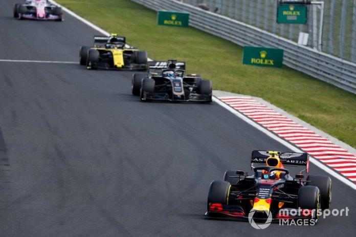 Pierre Gasly, Red Bull Racing RB15, lidera Romain Grosjean, Haas F1 Team VF-19, y Nico Hulkenberg, Renault F1 Team R.S. 19