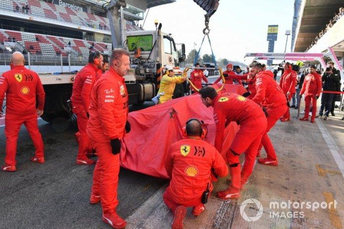 El coche de Sebastian Vettel, Ferrari vuelve en grúa al box