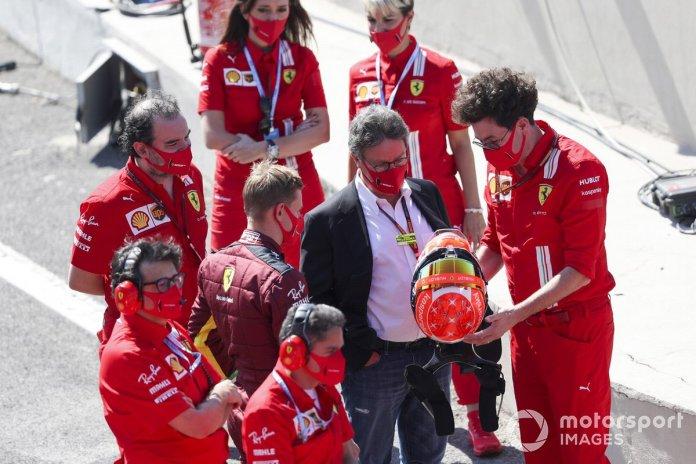 Louis Camilleri, CEO y Presidente de Ferrari, y Mattia Binotto, Director de la escudería Ferrari, le entregan a Mick Schumacher un casco basado en el diseño del casco de su padre, para que lo use mientras conduce el Ferrari F2004 donde ganó el campeonato