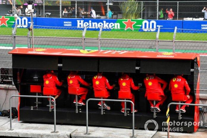 El equipo Ferrari en la pared del pit