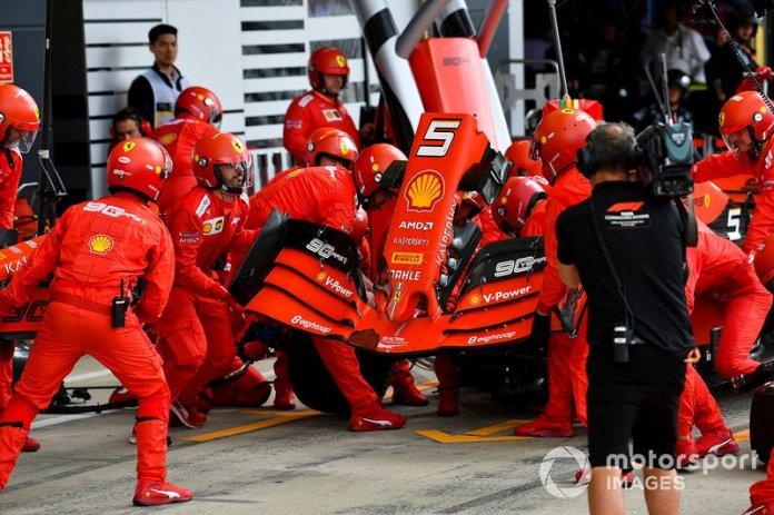 Sebastian Vettel, Ferrari SF90 pit stop para el cambio de alerón delantero después del contacto con Max Verstappen, Red Bull Racing RB15