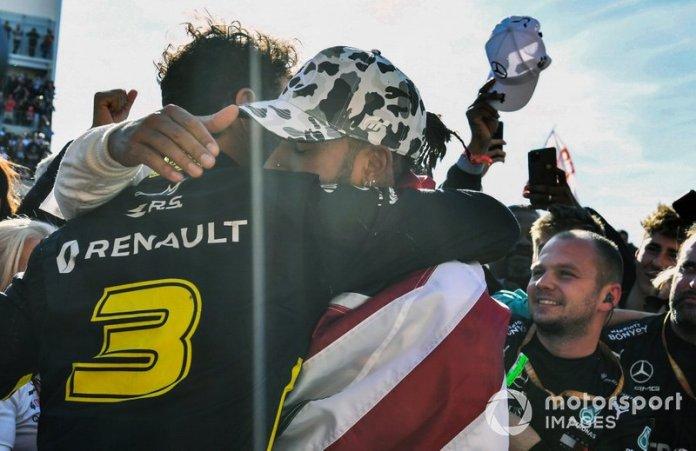 Daniel Ricciardo, Renault F1 Team, felicita a Lewis Hamilton, Mercedes AMG F1, 2ª posición, por conseguir su sexto título mundial de pilotos.