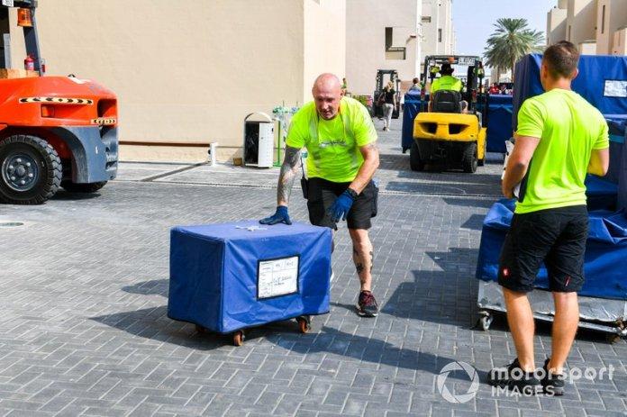 DHL descargando en el paddock de F1