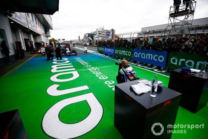 Los coches de Lewis Hamilton, Mercedes F1 W11, 1ª posición, y Max Verstappen, Red Bull Racing RB16, 2ª posición, en Parc Ferme