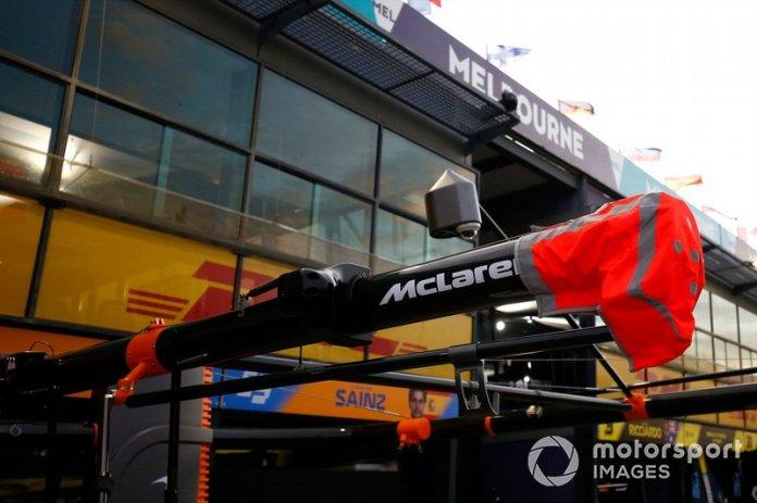 El pórtico McLaren sobre el pitbox