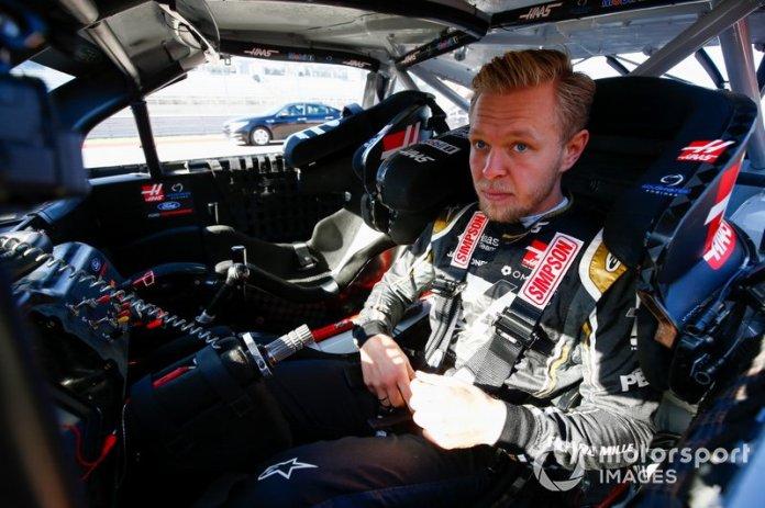 Kevin Magnussen, Haas F1, se sube al coche del piloto de la Copa NASCAR Tony Stewart