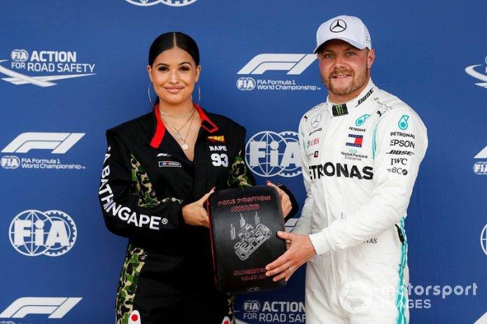 Valtteri Bottas, Mercedes AMG F1 con el premio Pirelli pole position de manos de la cantante y compositora Mabel