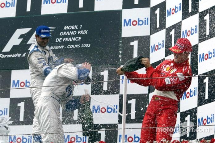 Podio: champán para el ganador de la carrera Ralf Schumacher,segundo lugar Juan Pablo Montoya y tercero Michael Schumacher