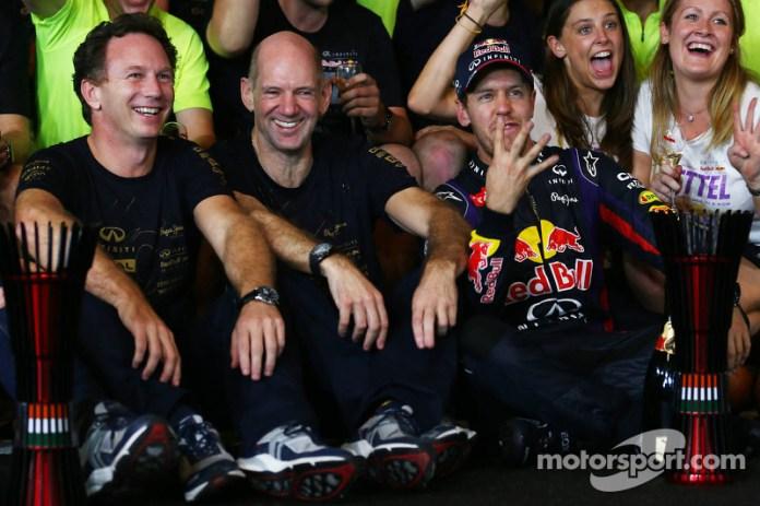 Sebastian Vettel, Christian Horner y Adrian Newey, pilares del dominio de Red Bull Racing entre 2010 y 2013. Vettel igualó los cuatro títulos al hilo de Fangio y Schumacher.