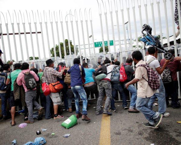 La caravana de migrantes hondureños que intenta llegar a EU derribó este viernes por la tarde vallas puestas por la policía de Guatemala en su zona de frontera con México.