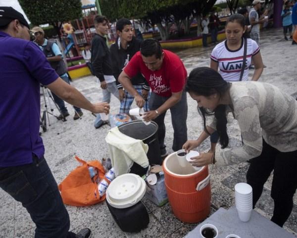 Algunos migrantes hondureños ya están en Ciudad Hidalgo, Chiapas, donde han recibido apoyo de la población de esta zona de frontera con Guatemala.