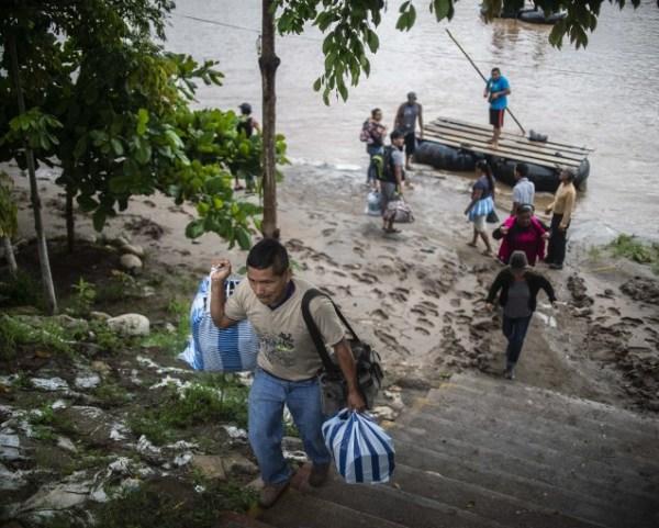 Los migrantes hondureños entran a México cruzando el río Suchiate, frontera natural de México con Guatemala.