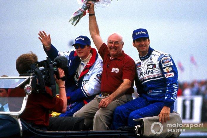 Komentatori i Çmimit të Madh të BBC Murray Walker u tund turmave.  Pranë tij janë shoferët e Rothmans Williams Damon Hill dhe Jacques Villeneuve