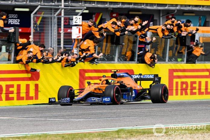 Lando Norris, McLaren MCL35M kalon vijën e finishit