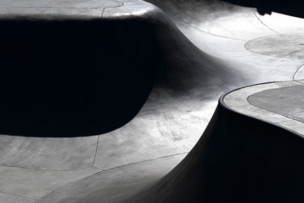 B&W photo of curving walls, taken with the Z 50 and NIKKOR Z DX 50-250mm f/4.5-6.3 VR lens