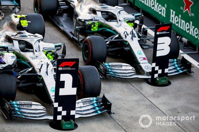 Los coches del ganador de la Carrera Valtteri Bottas, Mercedes AMG W10 y del segundo Lewis Hamilton, Mercedes AMG F1 W10 en Parc Ferme