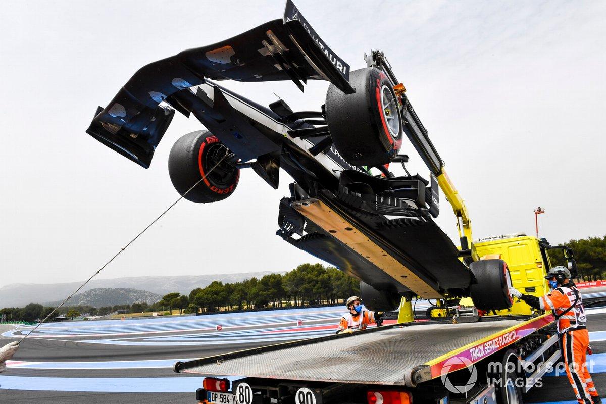 Yuki Tsunoda's damaged car AlphaTauri AT02 is loaded onto a truck