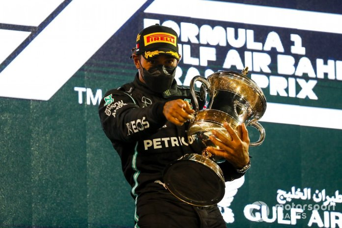 Lewis Hamilton, Mercedes, pozicioni i parë, në podium me trofeun e tij
