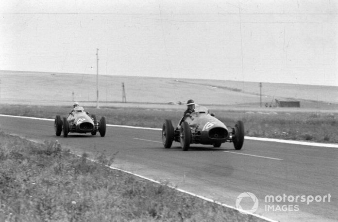 Mike Hawthorn y Luigi Villoresi en sus Ferrari, por delante ruedan Áscari y los Maserati de Fangio y González.