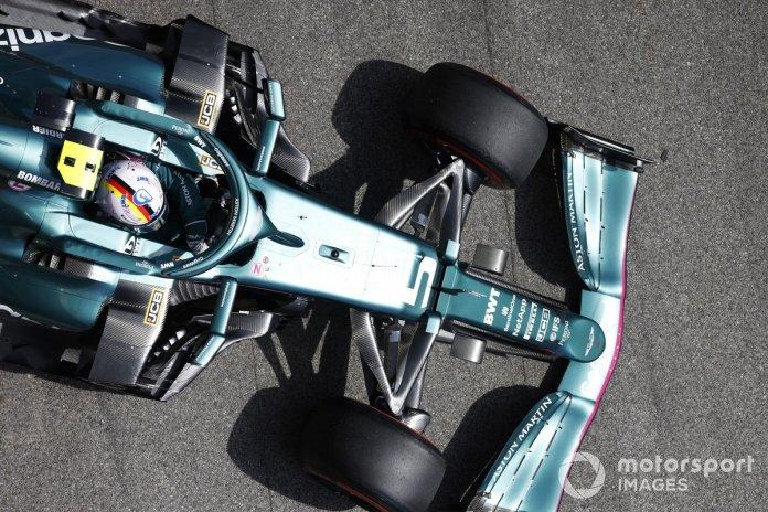 Sebastian Vettel, Aston Martin AMR21, largohet nga garazhi