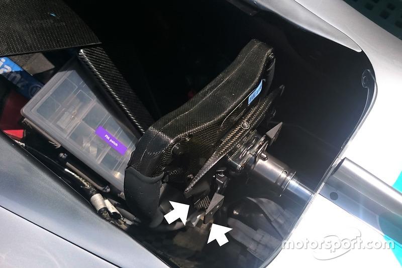 Lewis Hamilton, Mercedes AMG F1 W07 Hybrid, dettaglio del volante