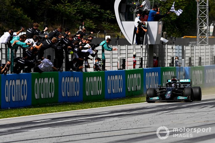 Fituesi i garës Lewis Hamilton, Mercedes W12 kalon vijën e finishit