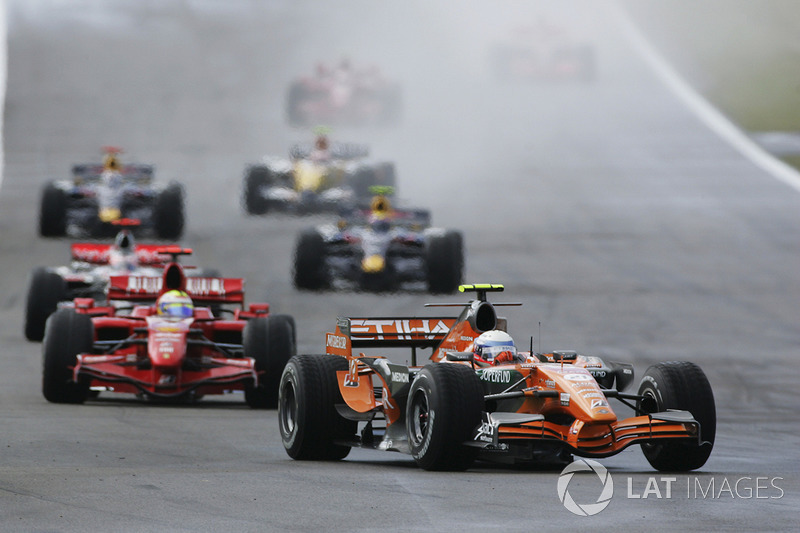 Markus Winkelhock, Spyker F8-VII leads Felipe Massa, Ferrari F2007