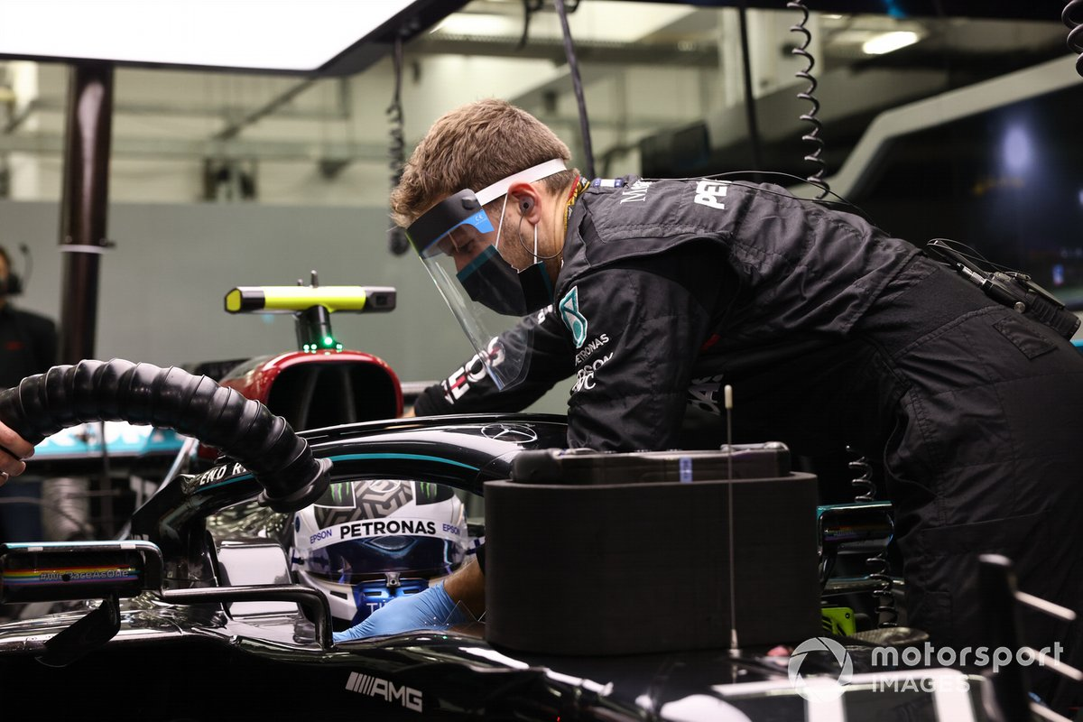 A mechanic works on Valtteri Bottas' car, Mercedes-AMG F1