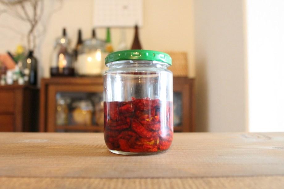 ミニドライトマトをエキストラオリーブバージンオイルに漬ける
