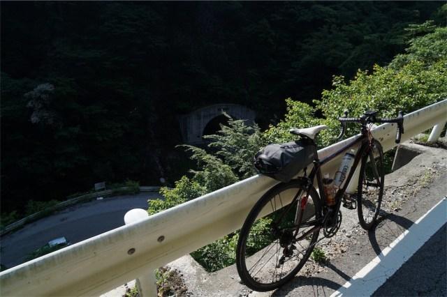 九十九折れから登ってきた道を見下ろす 出典:東京デスライド