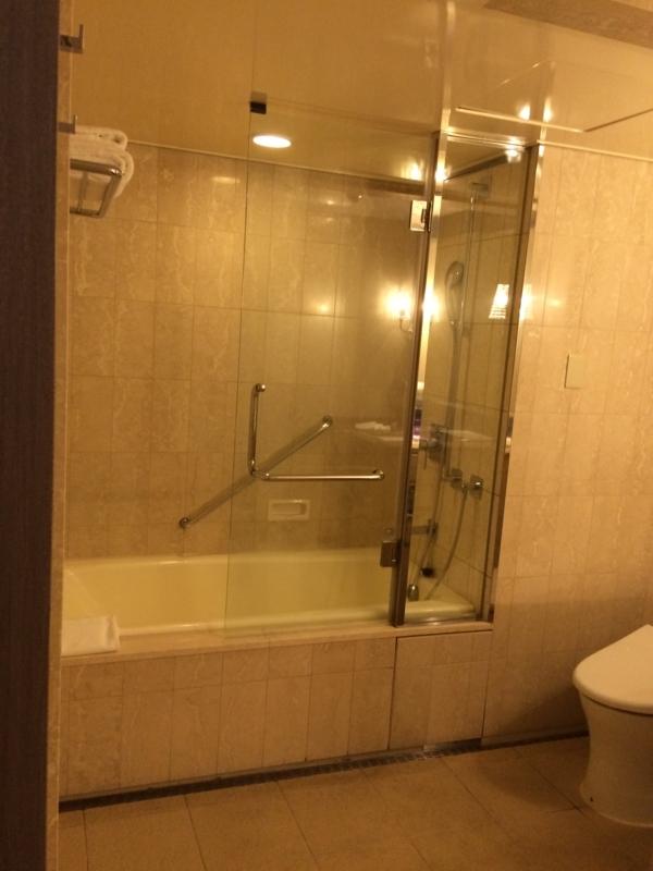 東京マリオットホテルのデラックスツインルームのバスルーム