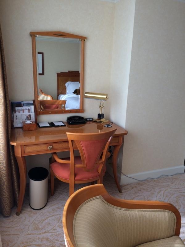 名古屋マリオットホテルの客室のデスク