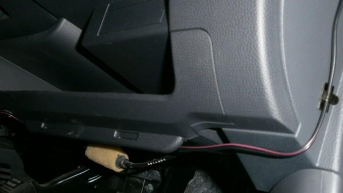ドライブレコーダー コムテック ZDR-012の配線をハンドルボックスの下に這わせたところ