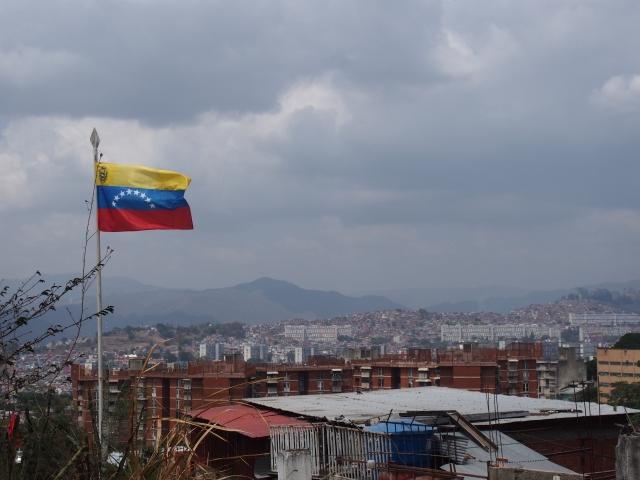 ベネズエラの国旗と街並み