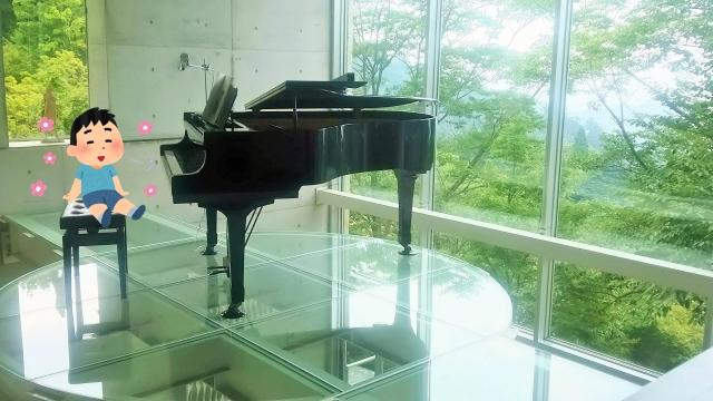 ピアノと落ち着いている男の子