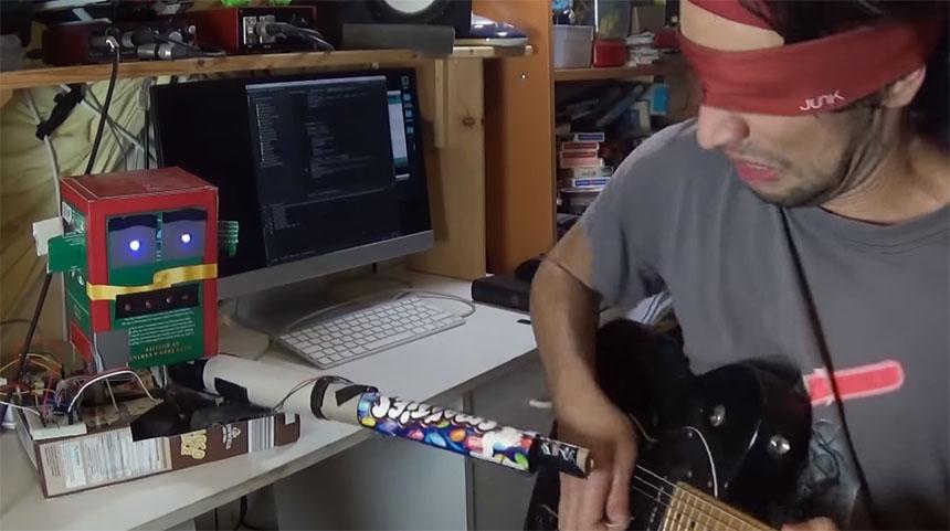 Un robot que te ayuda a aprender a tocar la guitarra... con un TASER