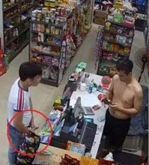 Kelakuan Koplak Petugas Minimarket