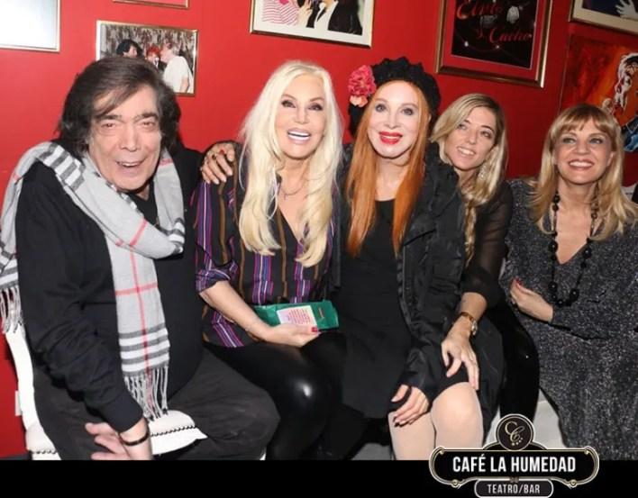 Cacho junto a su esposa y sus amigas Susana Giménez, Nacha Guevara y Teté Coustarot