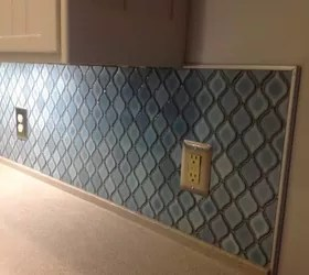 arabesque blue tile backsplash using an