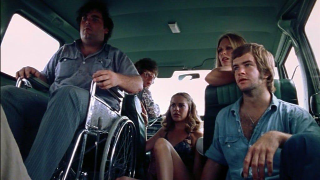 Jovens e inocentes, sem imaginar os terrores deste dia. (Jerry, Sally, Franklin, Pam e Kirk)