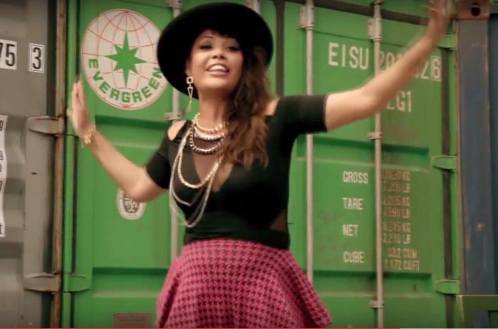 Anahí e a batucada brasileira no clipe de Boom Cha