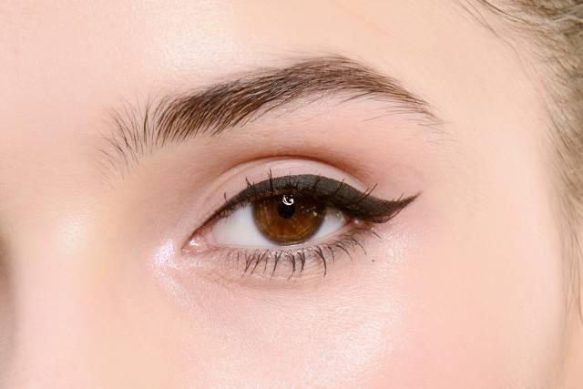 Hasil gambar untuk cara menggunakan eyeliner