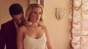 Tão bonito quanto esse par romântico dela. Aliás, que pessoa normal faz uma cara dessa quando um boy desse chega por trás?????