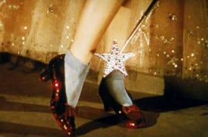 Na adaptação para o cinema, os sapatinhos prateados viraram rubis.