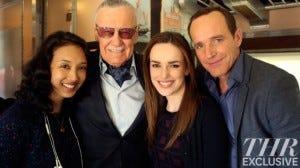 Da esquerda para direita, a produtora executiva Maurissa Tancharoen, Stan Lee e os atores Elizabeth Henstridge e Clark Gregg