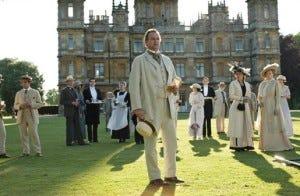 Cenários encantadores, roupas de épocas e excelentes textos compõem o charme da aclamada Downton Abbey.