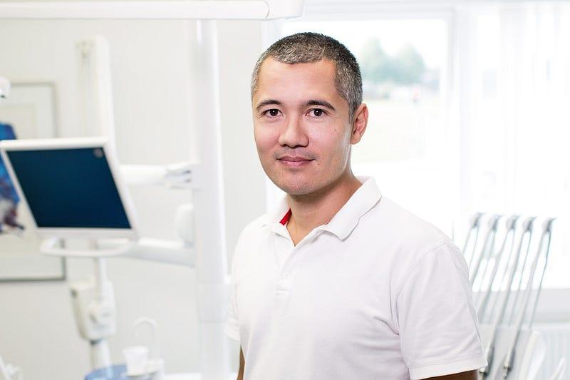 Medicina móvil con ayuda de un médico tratante